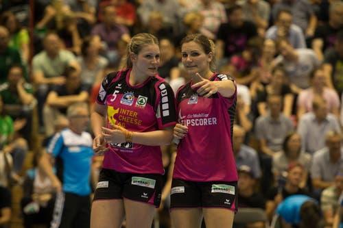 Die Spono-Spielerinnen Lisa Frey (links) und Topskorerin Neli Irman besprechen sich. | Bild: Dominik Wunderli (Nottwil, 22. Mai 2018)