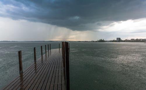 Nach den dunklen Wolken folgte starker Regenfall. Leserbild: Daniel Hegglin