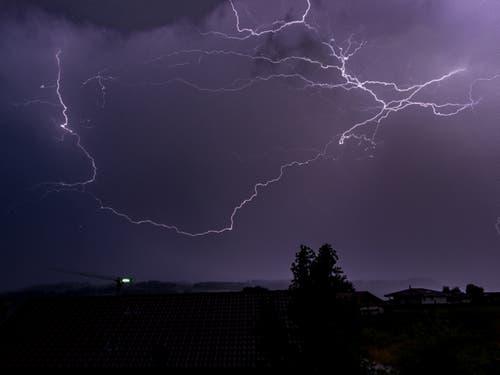 Donner und Blitz über St. Erhard. Leserbild: Hubert Zurbuchen