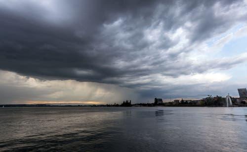Das Unwetter über dem Zugersee bahnt sich langsam an. Leserbild: Daniel Hegglin