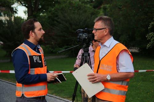 Vor der Orientierung der anwesenden Medienleute: Hanspeter Krüsi (Sprecher der Kantonspolizei St.Gallen - rechts) und Dionys Widmer (Sprecher der Stadtpolizei St.Gallen) koordinieren die Information. (Bild: Reto Voneschen)