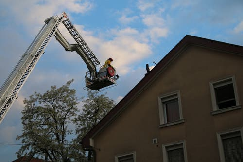 Kontrolle von oben: Gibt's noch Glutnester im Dachstock des Mehrfamilienhauses Linsebühlstrasse 105? (Bild Reto Voneschen)