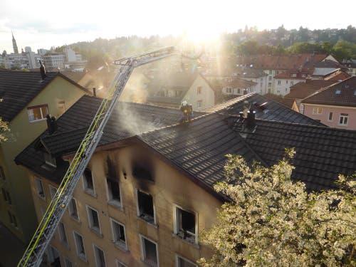 Wieso Feuerwehrleute schwindelfrei sein müssen: Einsatz auf dem Dachfirst des Hauses Linsebühlstrasse 105. (Bild: Kantonspolizei St.Gallen)