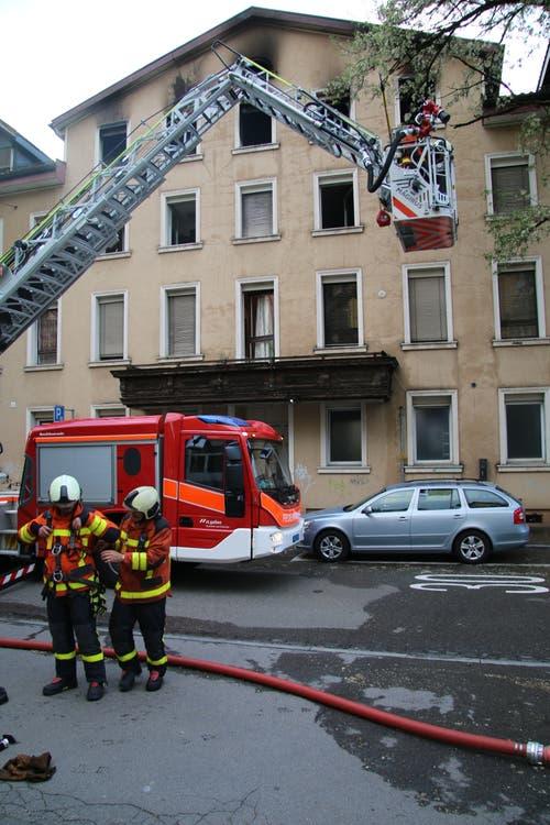 Die Feuerwehrleute sammeln sich vor der Brandliegenschaft. (Bild: Reto Voneschen)