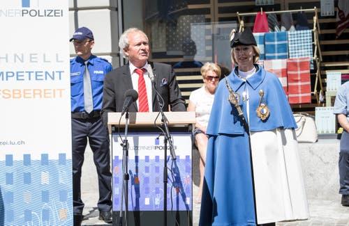 Justiz- und Sicherheitsdirektor Paul Winiker (SVP) mit Standesweibelin Anita Imfeld bei der Ansprache in Sursee. (Bild: Manuela Jans-Koch, 24. Mai 2018)