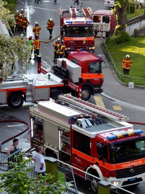 Grosseinsatz der Feuerwehr auf der Kreuzung Linsebühl-, Singenberg-, Flurhof- und Steingrüeblistrasse. (Bild: Pia Hollenstein)