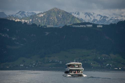 Das neue Motorschiff vor seinem Namensgeber, dem Bürgenstock. (Bild: Dominik Wunderli (Luzern, 24. Mai 2018))