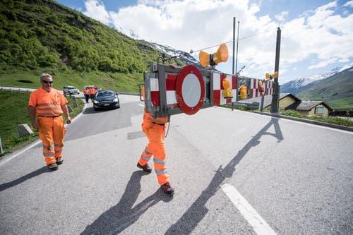 Eine Strassensperre bei der Eröffnung der Gotthard Passstrasse zwischen dem Hospental und dem Gotthard Pass. (KEYSTONE/Urs Flueeler)