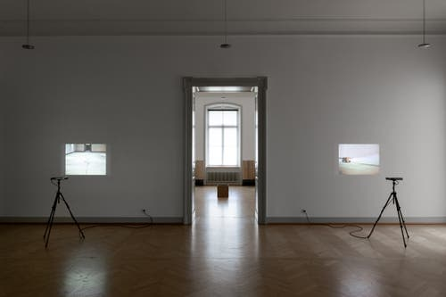 Ein ganzer Raum ist den Super-8-Filmen gewidmet, die Roman Signer Anfang der 1980er Jahre im Kunstmuseum St.Gallen gedreht hat. (Bild: Kunstmuseum St.Gallen/Sebastian Stadler)