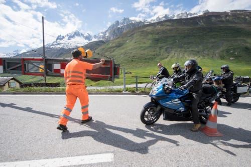 Töfffahrer bei der Eröffnung der Gotthard-Passstrasse zwischen Hospental und dem Gotthardpass. (KEYSTONE/Urs Flueeler)