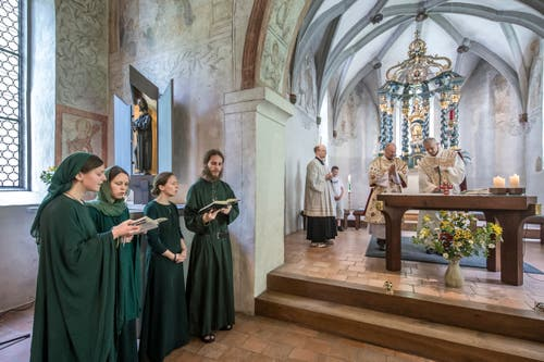 Der Gottesdienst wurde von Pater Ioannes Chattopadhyay aus dem Kloster Disentis gefeiert. Links der A-capella-Chor Harpa Dei.