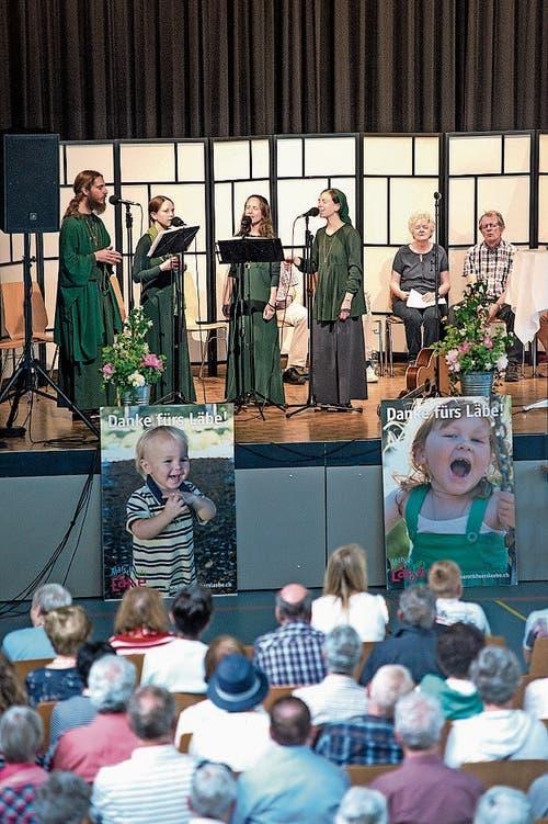 Der A-capella-Chor Harpa Dei aus Deutschland hatte auch einen Auftritt in der Mehrzweckhalle und überzeugte mit seinen gewaltigen Stimmen.