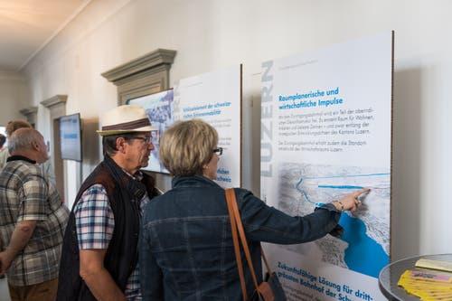 Interessierte Besucher lesen die Infotafeln. Bild: Roger Grütter