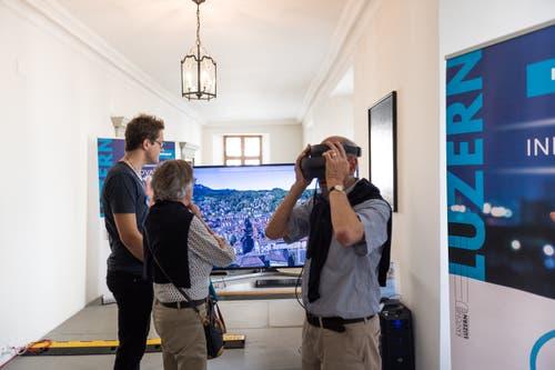 Die Besucher konnten einen Stadtrundgang in der Virtuellen Realität unternehmen - mit einer VR-Brille. Bild: Roger Grütter