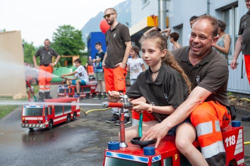 Für die kleinen Feuerwehrfans standen kleine Löschfahrzeuge bereit.