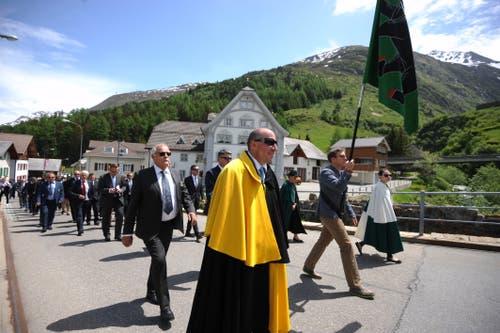 Die Korporationsbürger beim Einzug zur Kirche. (Bild: Urs Hanhart, Hospental, 27. Mai 2018)