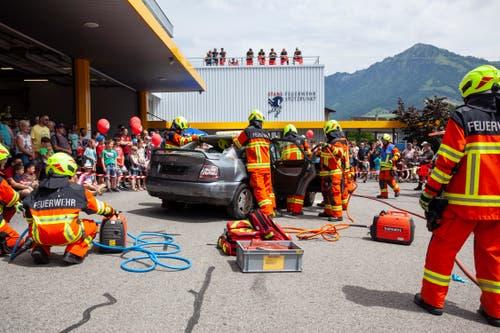 Bei einer kommentierten Übung wurde ein Auto zertrennt.