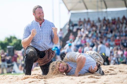 Andreas Ulrich (links) jubelt über den Sieg gegen Josef Portmann. (Bild: Urs Flüeler / Keystone)