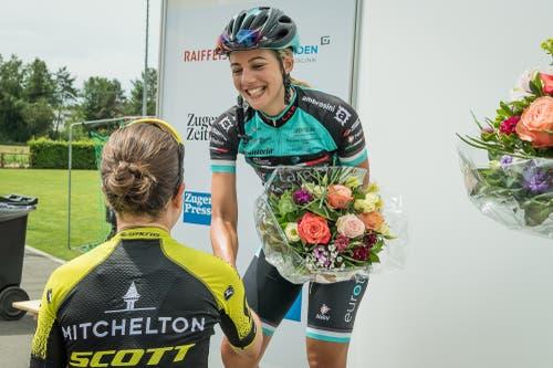 Amanda Spratt gratuliert Ariana Fidanza Desiree Ehrlers dritter Platz lässt die Chamer jubeln. (Bild: Christian H. Hildebrand (Hagendorn, 27. Mai 2018)