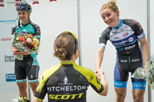 Amanda Spratt gratuliert Desirée Ehrler (Bild: Christian H. Hildebrand (Hagendorn, 27. Mai 2018)
