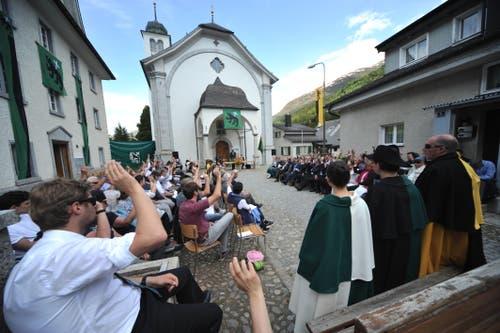 Die Talgemeinde findet traditionsgemäss im Ring vor der Kirche Hospental statt. (Bild: Urs Hanhart, Hospental, 27. Mai 2018)