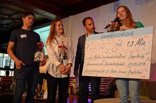 Die Schülerinnen und Schüler danken dem Gönnerverein Pro ihrerseits mit Check, ausgestellt mit 1,3 Millionen Dankeschön.