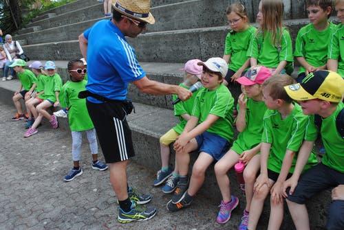 Regionaler Kinderspieltag in Buochs. Platzspeaker Peter von Holzen interviewt die Teilnehmerinnen und Teilnehmer. (Bild: Rosmarie Berlinger (Buochs, 26. Mai 2018))