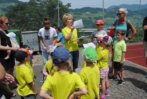 Regionaler Kinderspieltag in Buochs. Die Kinder erhalten Anweisungen für das nächste Spiel. (Bild: Rosmarie Berlinger (Buochs, 26. Mai 2018))
