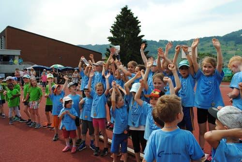 Regionaler Kinderspieltag in Buochs. Die Gruppe aus Hellbühl feiert den Sieg in der Vereinsstafette. (Bild: Rosmarie Berlinger (Buochs, 26. Mai 2018))