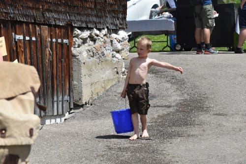 Der Nachwuchs schleppt frisches Wasser heran. (Bild: Timon Kobelt)