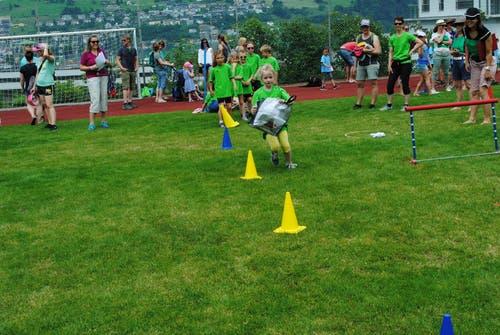 Regionaler Kinderspieltag in Buochs. Auch Kleidertaschen gelangen bei einem Spiel zum Einsatz. (Bild: Rosmarie Berlinger (Buochs, 26. Mai 2018))