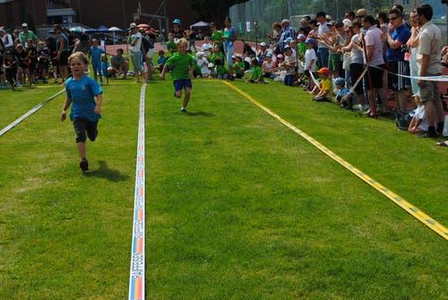 Regionaler Kinderspieltag in Buochs. Die Stafetten sind jeweils ein Publikumsmagnet. (Bild: Rosmarie Berlinger (Buochs, 26. Mai 2018))