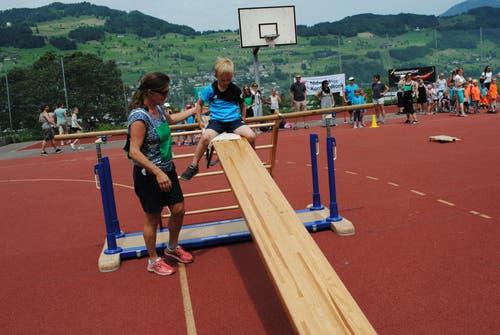 Regionaler Kinderspieltag in Buochs. Schnelles Rutschen ist gefragt. (Bild: Rosmarie Berlinger (Buochs, 26. Mai 2018))