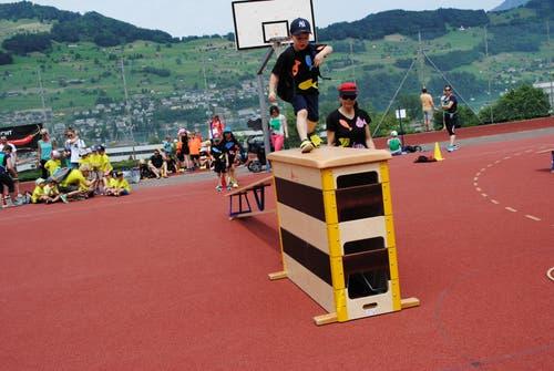 Regionaler Kinderspieltag in Buochs. Keine Hürde zu hoch für die kleinen Sportler. (Bild: Rosmarie Berlinger (Buochs, 26. Mai 2018))