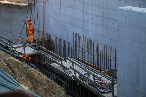 Seitlich am Kraftwerksgebäude wird an einem Auf- und Abgang für Fische gearbeitet.