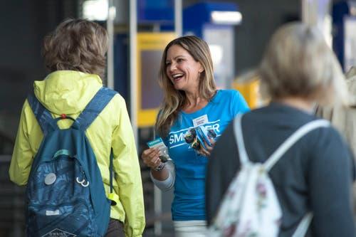 Claudia Jöhl, Leiterin Medienpartnerschaften, Verlag Lesermarkt, verteilt «Schutzengeli» der Confiserie Bachmann. (Bild: Pius Amrein, 30. Mai 2018)