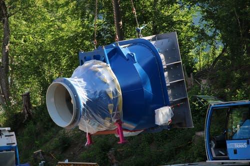 Die Turbine schwebt vom Tieflader,...