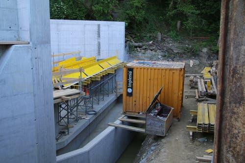 Der breite Zufluss ins Kraftwerksgebäude. Davor der Kanal fürs grobe Geschiebe.