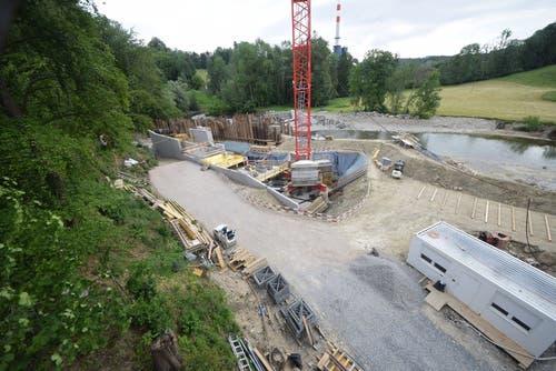 Die Kraftwerkbaustelle in der Grafenau im Sittertobel. Oberhalb der Baustelle liegt das Kehrichtheizkraftwerk der Stadt St.Gallen (man erkennt rechts neben dem Baukran den rot-weiss gestrichenen KHK-Kamin). Im Rücken der Baustelle liegt in einer Sitterschlaufe das Firmenareal der Vifor. (Bild: Stefan Bär/SGSW)