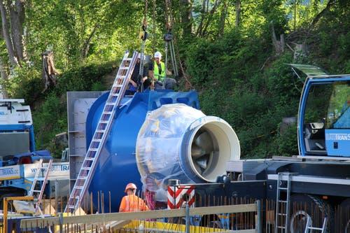 """Der Kran nimmt die Turbine """"an den Haken""""."""