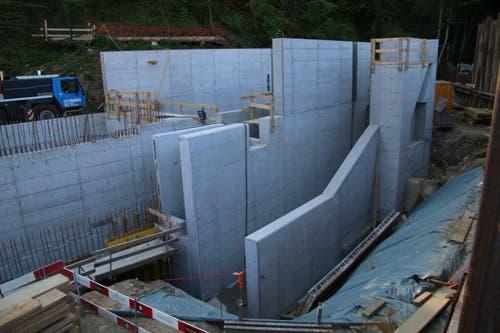 Die künftigen Kanäle im Kraftwerkgebäude: Hinten der Zufluss zur Turbine, rechts der Auslass des Grobkiesfangs.