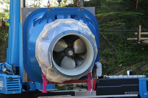 Die hintere Seite der Turbine. Klar erkennbar sind die Rotorblätter, die ab Herbst zur Stromerzeugung vom Wasser angetrieben werden. Danach strömt das Wasser von hier aus dem Kraftwerksgebäude zurück in den Fluss.