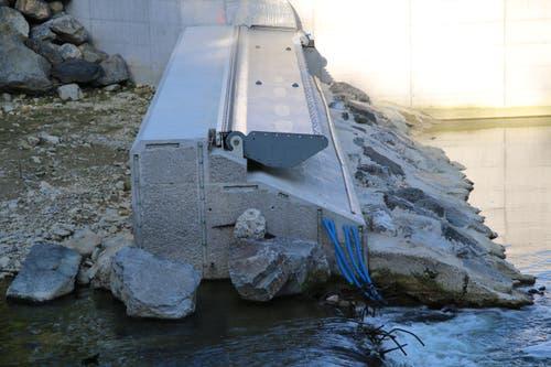 Ein Teil des neuen Stauwehrs im Fluss ist bereits erstellt.