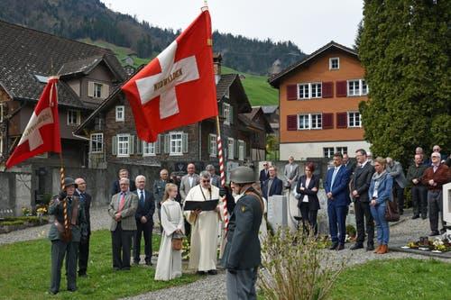 Totenehrung und Kranzniederlegung auf dem Friedhof Dallenwil. (Bild: Robert Hess)