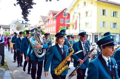 Die Musikgesellschaft spielte beim Apero und führte dann den Festzug an.