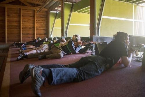 Die Gewehrschützen konzentrieren sich auf ihr 300 Meter entferntes Ziel. (Bild: Benjamin Manser)