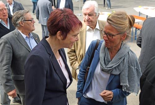 Zwei Frauen unter 250 Männern: Landratspräsidentin Michèle Blöchliger (links) und Justiz- und Sicherheitsdirektorin Karin Kayser. (Bild: Robert Hess)
