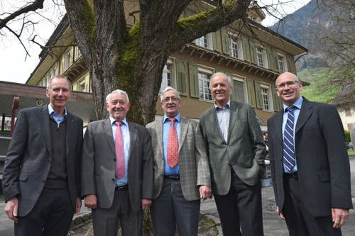 Vereinspräsident Franz Niederberger (Mitte), flankiert von vier ehemaligen Batallionskommandanten (von links: Alois Amstutz, Edy Engelberger, Jost Murer und Franz Gander). (Bild: Robert Hess)