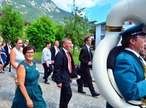 Präsident Walter Hug mit seiner Frau Rita an der Spitze des Festzugs hinter der Musik.