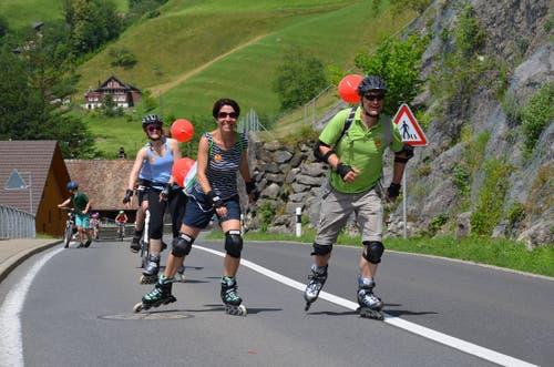 Muskelkraft statt PS, slow statt fast: Teilnehmer des «slowUp» unterwegs (Bild zVg).